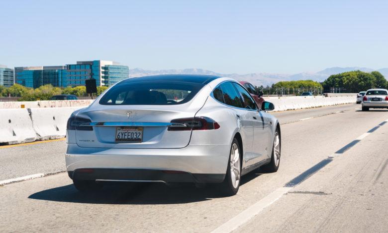 טסלה מודל S נוסעת על כביש מהיר בקליפורניה ארצות הברית