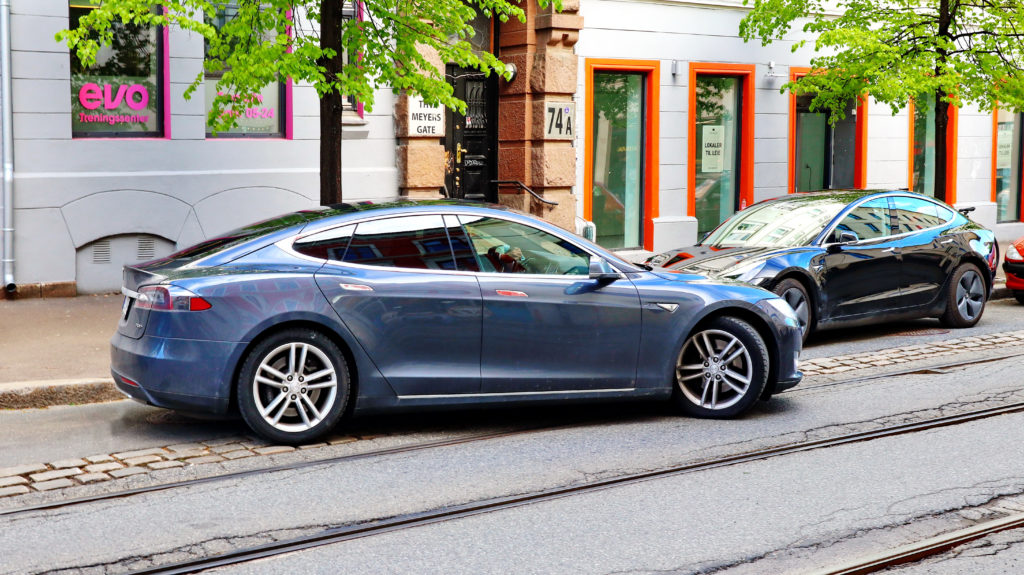 טסלה מודל S ברחובות של אוסלו בנורווגיה