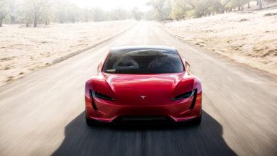 טסלה רודסטר 2021 בצבע אדום בנסיעה על הכביש
