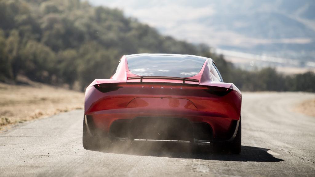 טסלה רודסטר אדומה על הכביש, מבט מאחורי הרכב