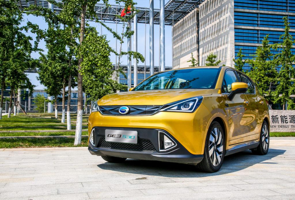 רכב חשמלי מסוג GAC GE3 בצבע צהוב מבט מקדמת הרכב