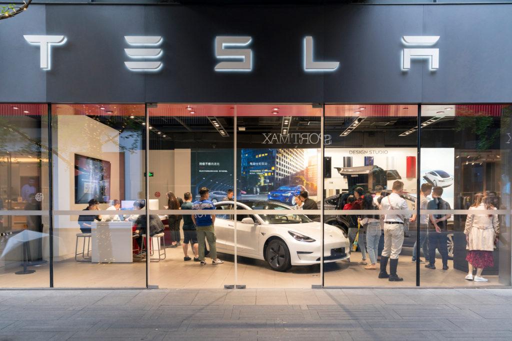 חנות של טסלה עם מודל 3 ולקוחות בסין