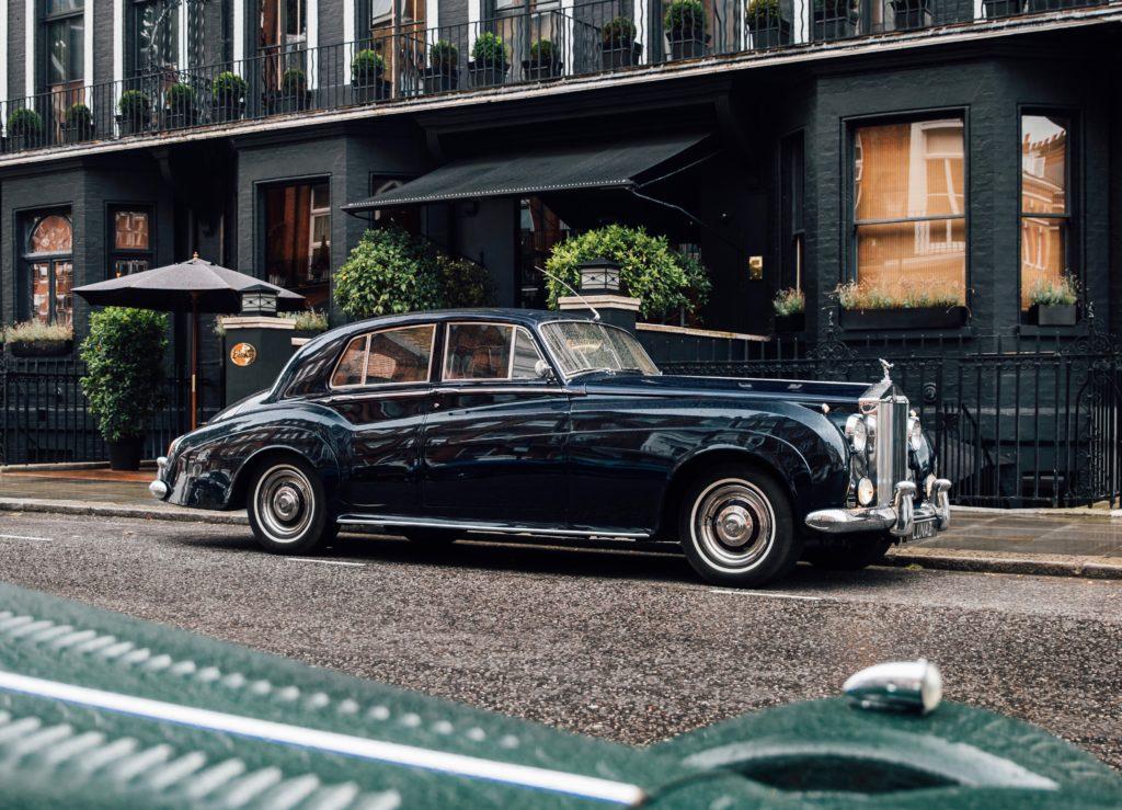 רולס רויס סילבר קלאוד חשמלית של לונאס נוסעת ליד מלון בלייקס בלונדון