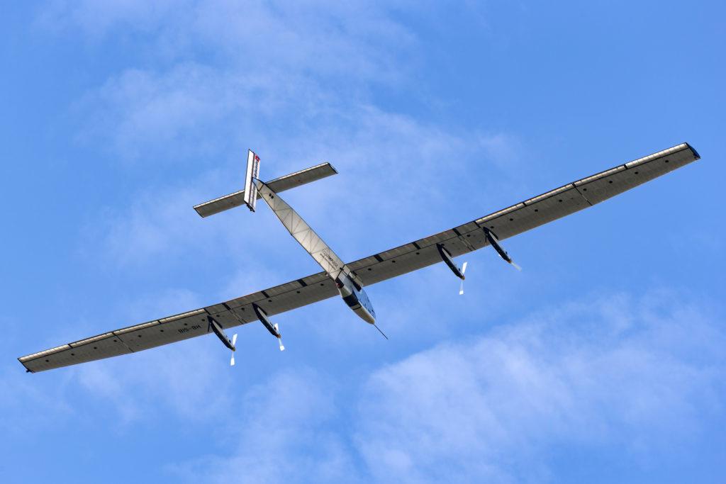 סולאר אימפולס 2 באוויר בשמיים כחולים בשוויץ