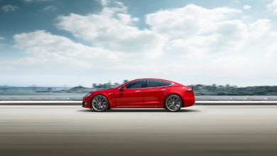 טסלה מודל S אדומה על כביש