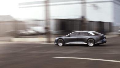 רכב חשמלי של חברת לוסיד מוטורס נוסע על כביש עירוני
