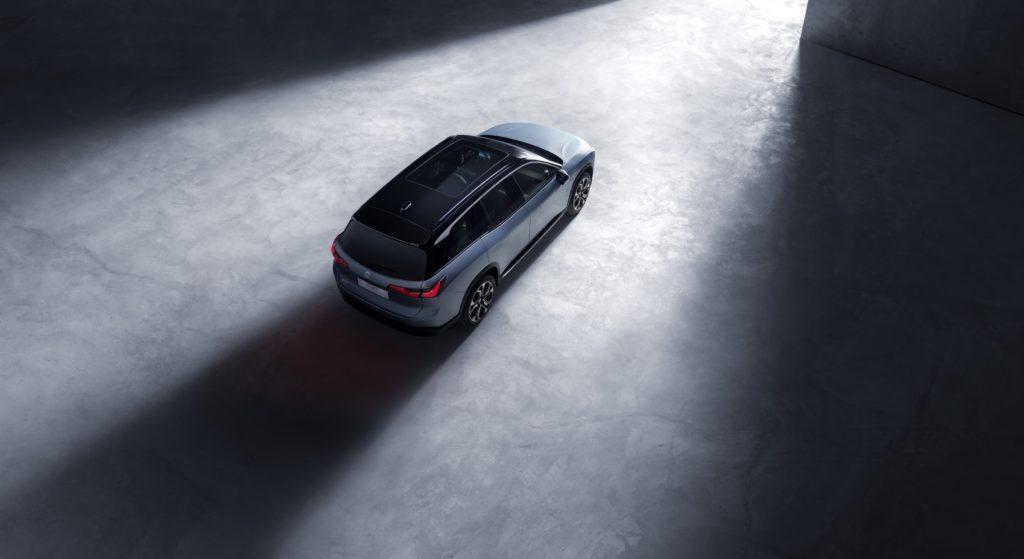 ניו ES8 החשמלית מבט מעל הרכב עם גג פנורמי