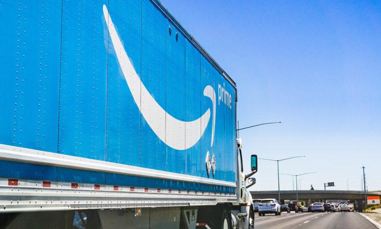 משאית של אמזון נוסעת בכביש מהיר בארצות הברית