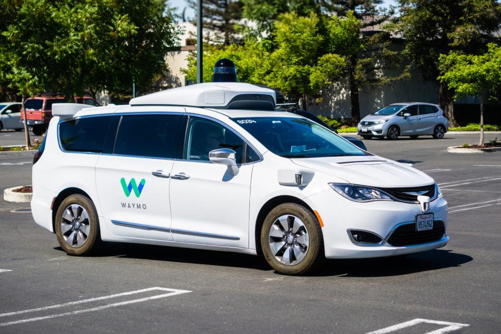 רכב אוטונמי של Waymo בחניון של גוגל בסן פרנסיסקו