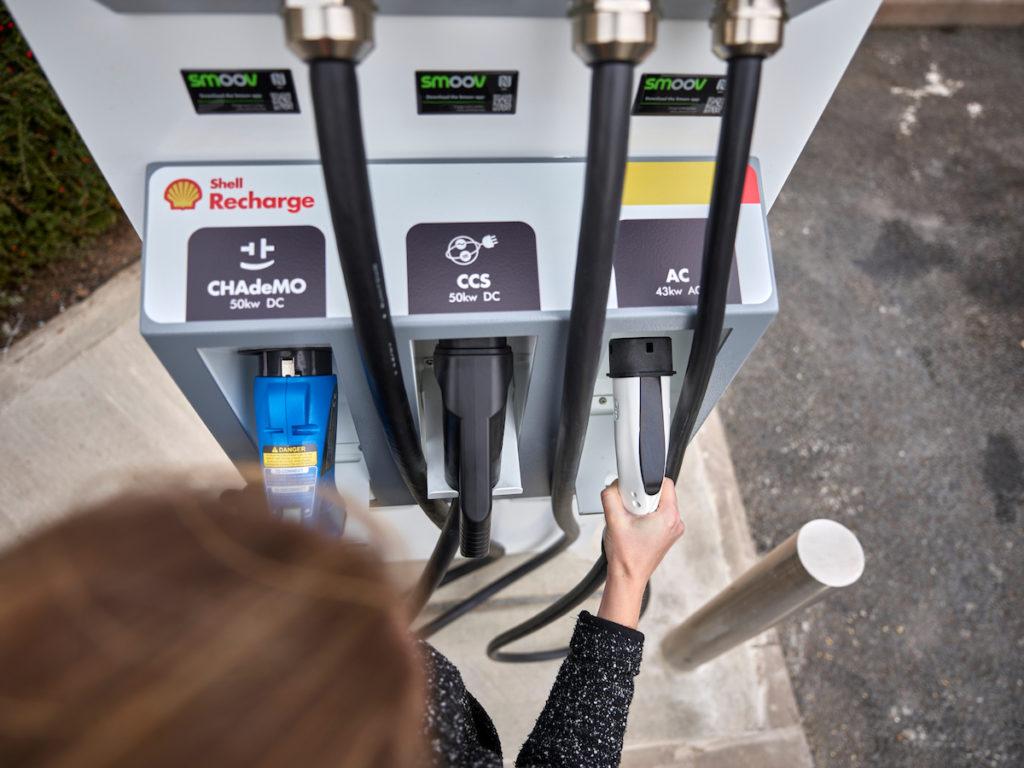 עמדת טעינה מהירה של חברת Shell עם הכיתוב Shell Recharge