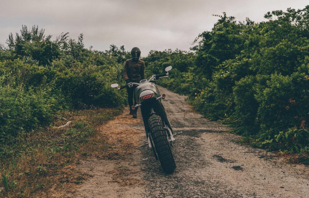 אופנוע חשמלי של Tarform בשטח חקלאי