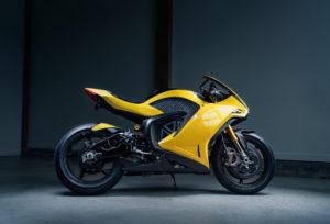 אופנוע חשמלי Hypersport בצבע צהוב של חברת דיימון בתצוגה