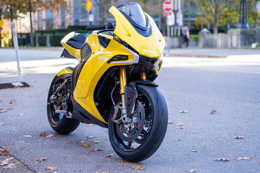 אופנוע חשמלי של דיימון עומד על המדרכה