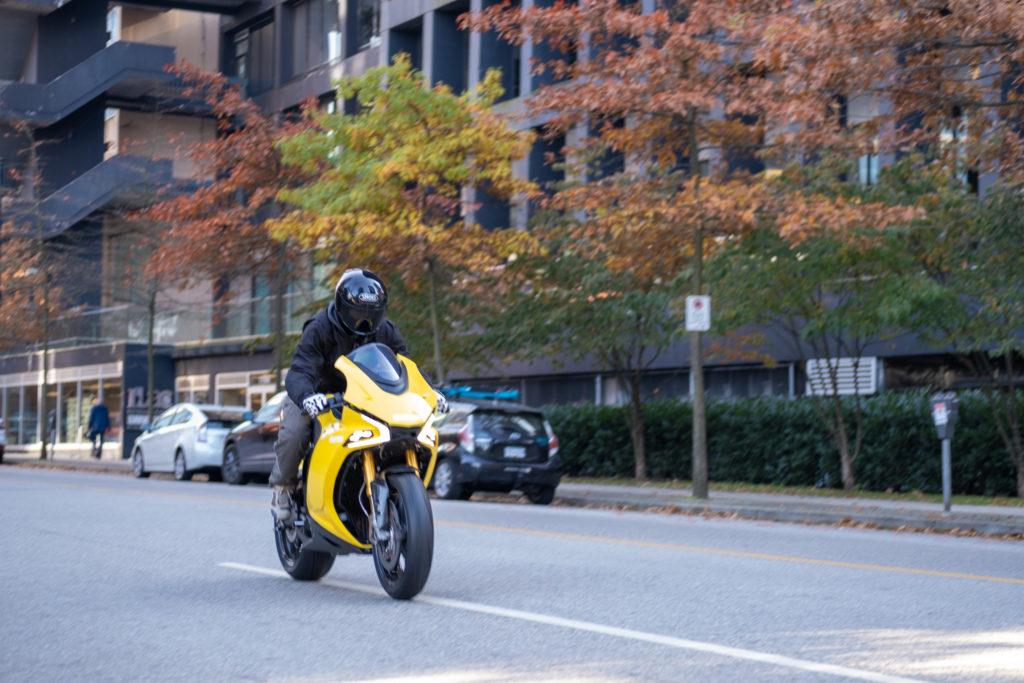 אופנוע חשמלי של דיימון בנסיעה