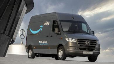 רכב משלוח חשמלי מרצדס eSprinter שחור עם הכיתוב והלוגו של Amazon Prime