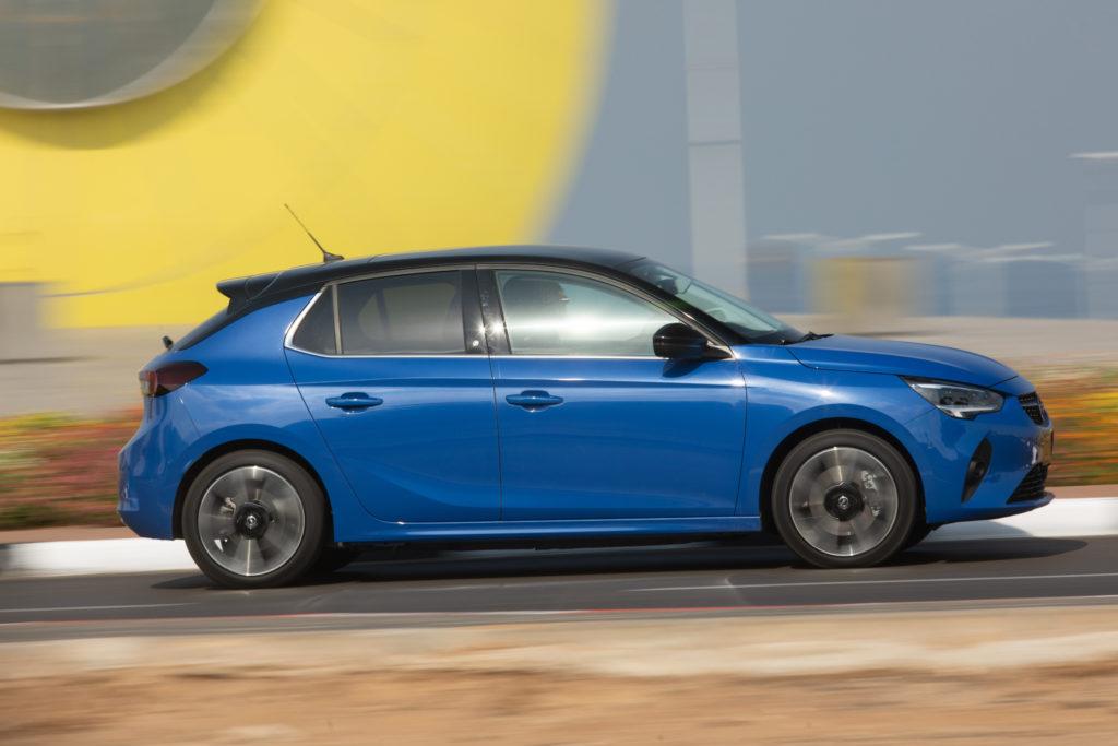אופל קורסה חשמלית Corsa-e מבט מהצד בזמן נסיעה