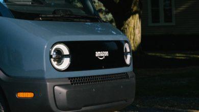 קדמת הרכב של ריביאן ואמזון, רכב משלוחים עם הלוגו של אמזון בקדמת הרכב
