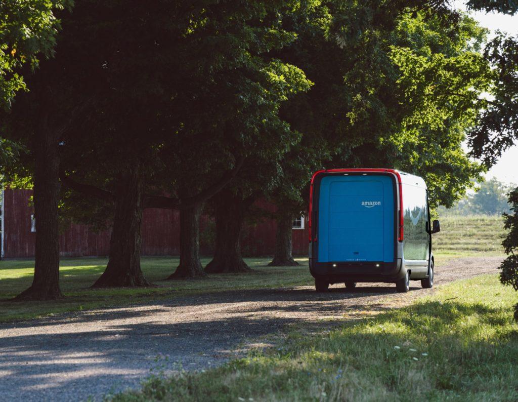 רכב המשלוחים של ריביאן ואמזון, אחורי הרכב החשמלי שנוסע בכביש