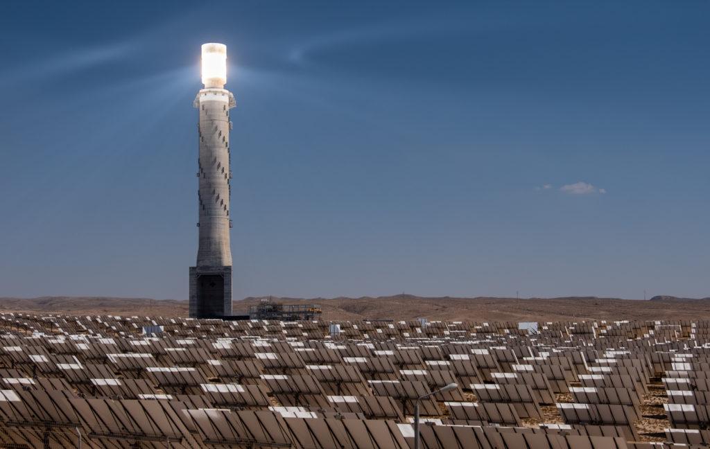 תחנת הכוח הסולארית באשלים עם המגדל התרמי במרכז
