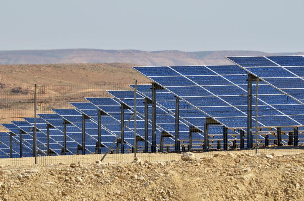 פאנלים סולארים בתחנת כוח סולארית בנגב