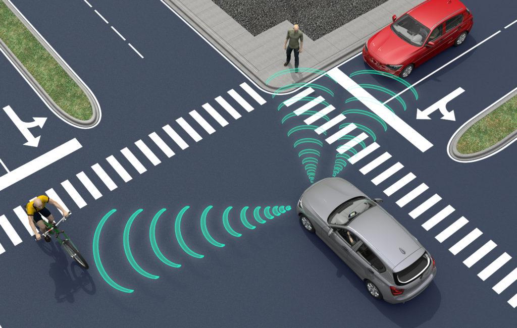 רכב אוטונומי בצומת מזהה הולכי רגל ורכב