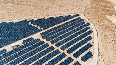 פאנלים סולארים כחולים על נוף מדברי בנגב ליד מצפה רמון