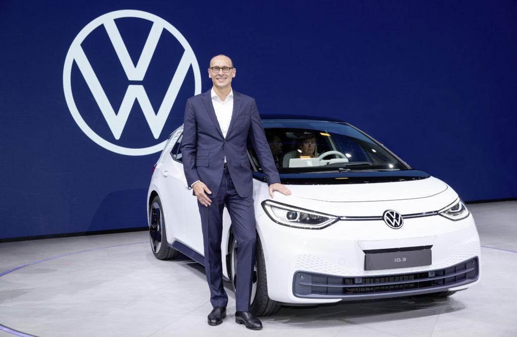 מנכ״ל מותג פולקסווגן, ראלף ברנדשטטר, עם רכב ID.3