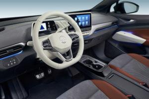 סביבת הנהג של הפולקסווגן ID.4 עם מסכי LCD והגה לבן