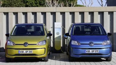 שני רכבי פולקסווגן e-Up חשמליים מחוברים לעמדת טעינה