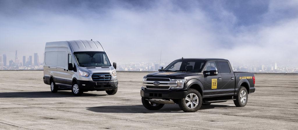 שני רכבים חשמליים של פורד, F-150 וטרנזיט חשמלי