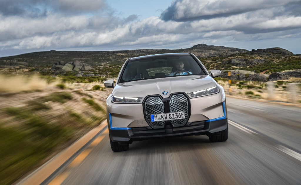 ב.מ.וו iX הכל חשמלית החדשה בנסיעה על כביש, צילום מקדמת הרכב