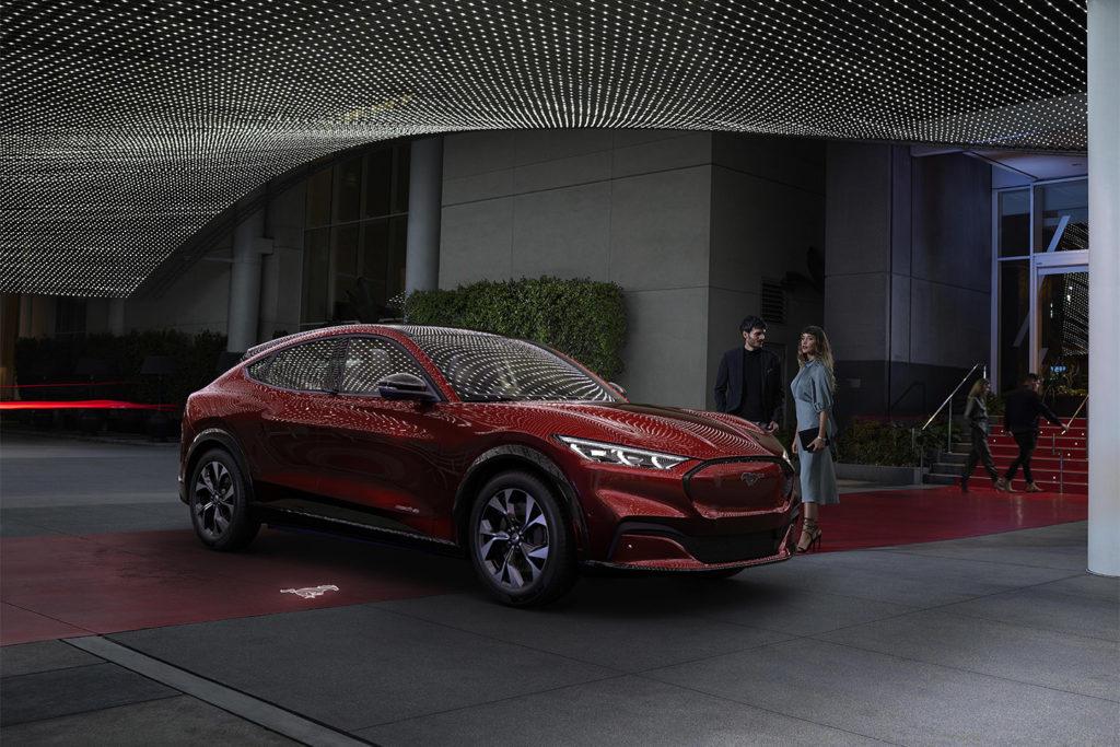פורד מוסטנג מאך-E חשמלית בצבע אדום בחניה