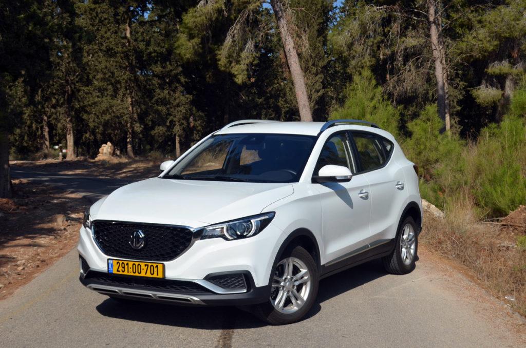 MG ZS EV חשמלית בצבע לבן עומדת על כביש בישראל