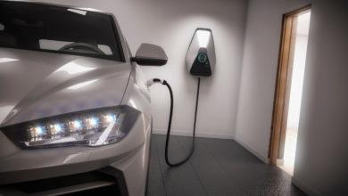 טעינה של רכב חשמלי בחניה ביתית