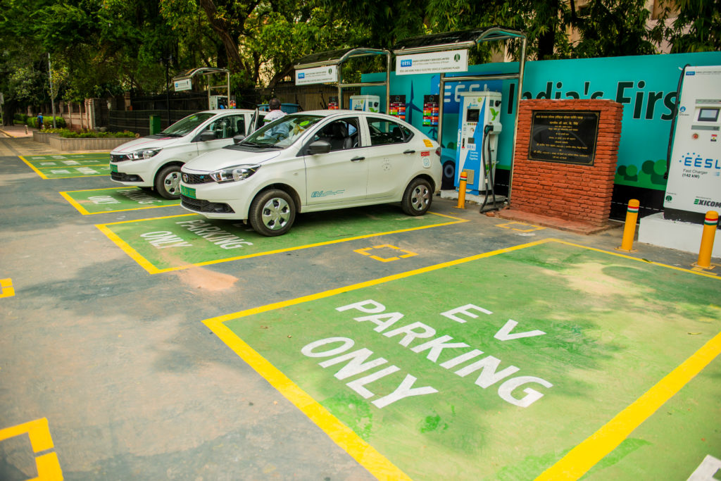 רכבים חשמליים מטעינים בחניות מיועדות עם הכיתוב EV Parking Only בניו דלהי, הודו