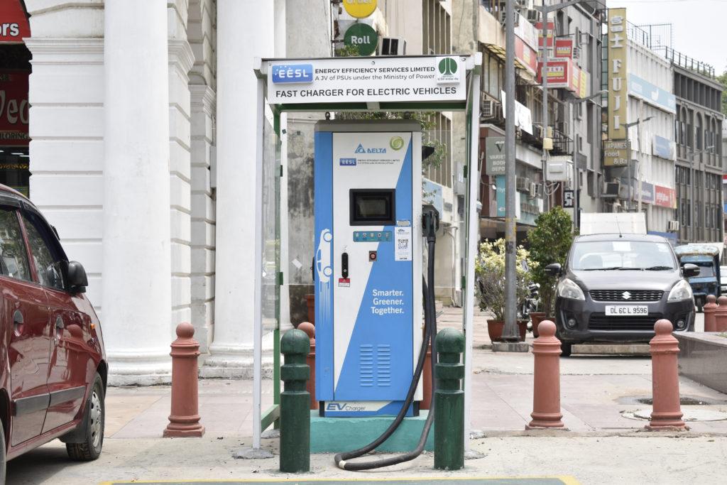 עמדת טעינה מהירה לרכב חשמלי בניו דלהי ברחוב