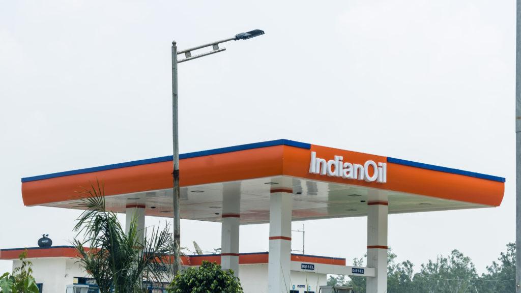 תחנה של IndianOil עם הלוגו על רקע כתום