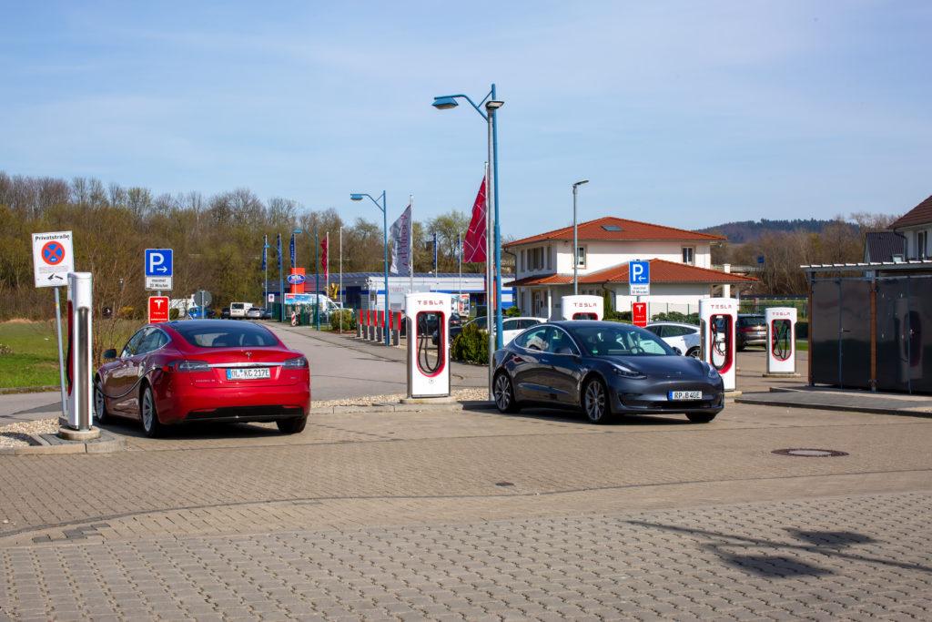 טסלה מודל S וטסלה מודל 3 מחוברות לעמדות טעינה מהירות של טסלה בגרמניה