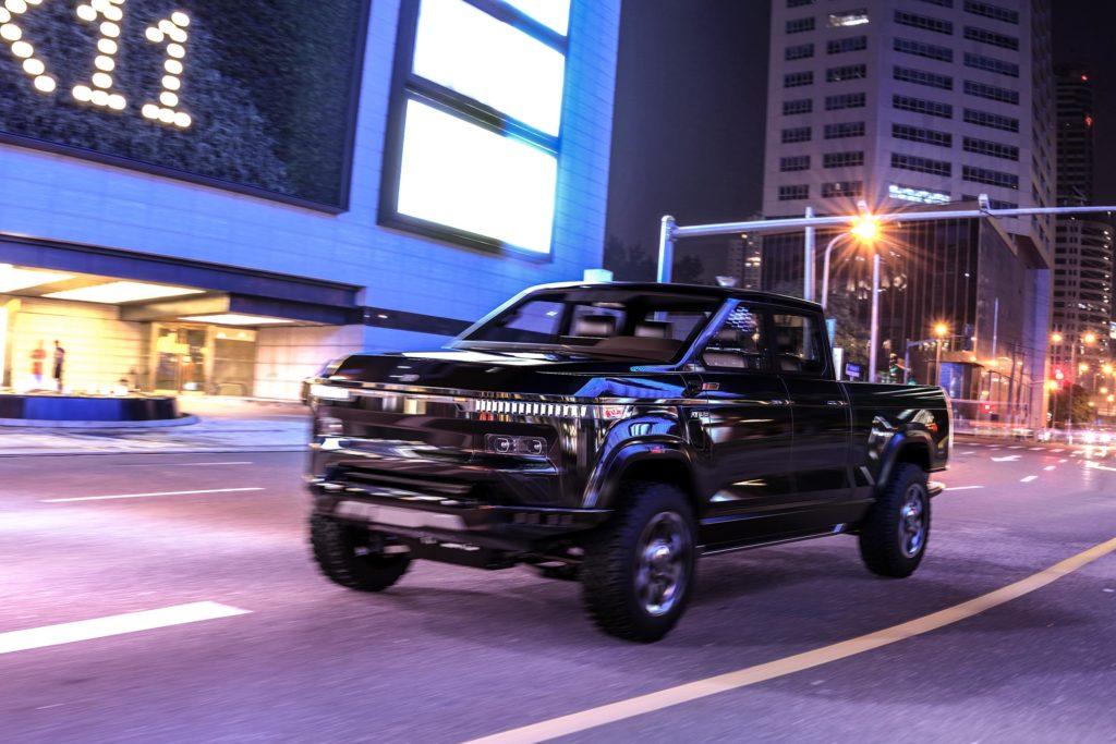 אטליס XT חשמלי בצבע שחור בנסיעה לילית בעיר