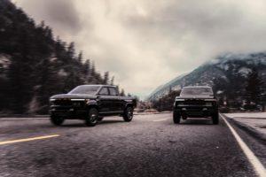 שני רכבים חשמליים של אטליס מדגם XT בצבע שחור על כביש פתוח