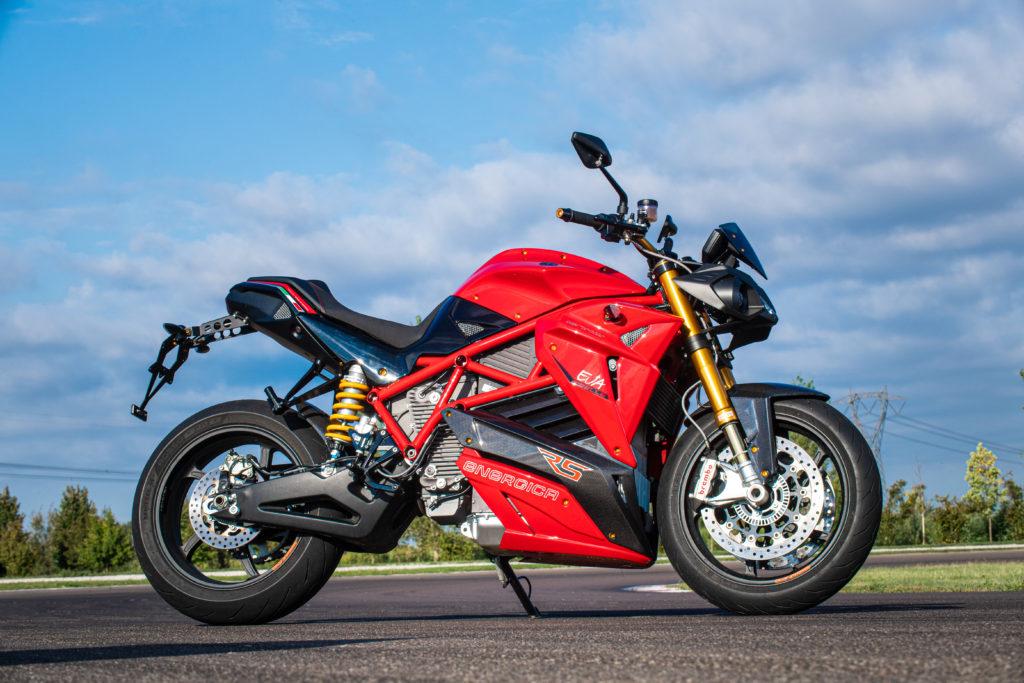 אופנוע חשמלי של אנרג׳יקה EVA Ribelle בצבע אדום עומד על הכביש