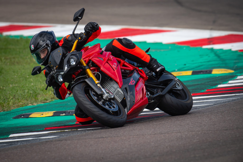 אופנוע חשמלי של אנרג׳יקה EVA Ribelle בצבע אדום עומד בנסיעה במסלול מירוצים