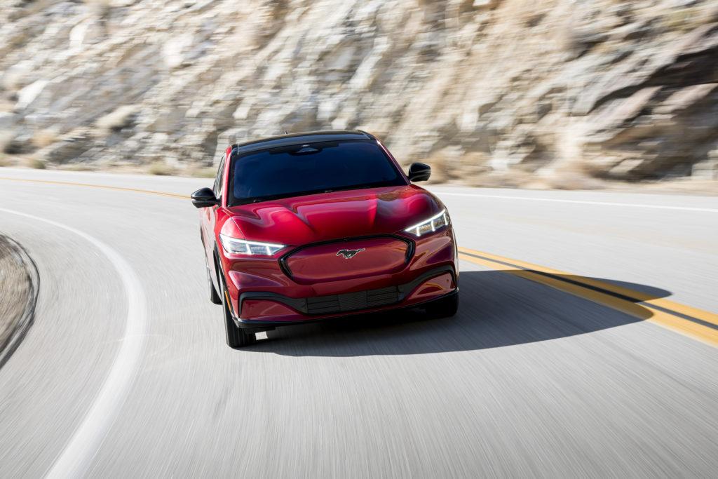 פורד מוסטנג מאך E בצבע אדום בנסיעה על הכביש