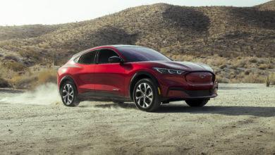 פורד מוסטנג מאך-E חשמלית בצבע אדום במדבר