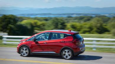 שברולט בולט חשמלית בצבע אדום בנסיעה על כביש בין עירוני