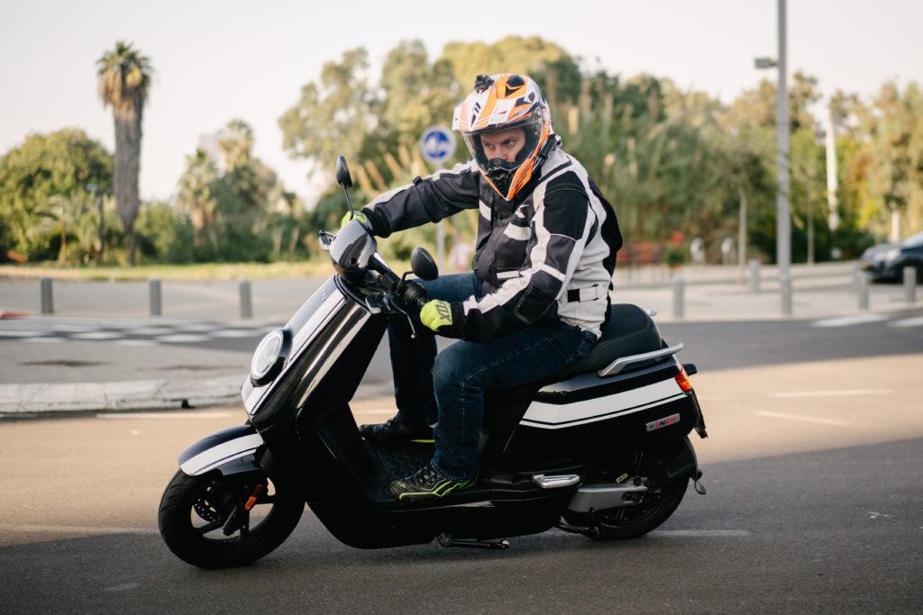 קטנוע חשמלי של NIU בנסיעת מבחן