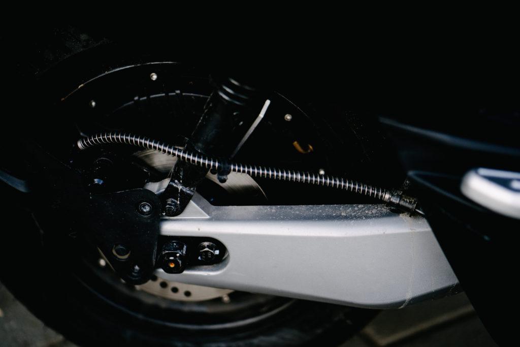 הגלגל האחורי של הקטנוע החשמלי NIU NQi GT