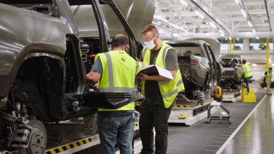 שני עובדים במפעל הייצור של רכבים חשמליים של ריביאן