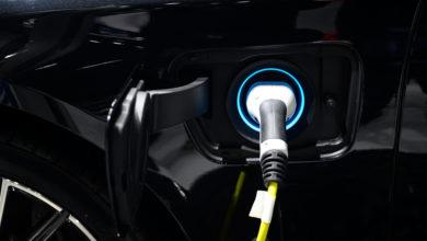 כבל טעינה מחובר לרכב חשמלי בצבע שחור