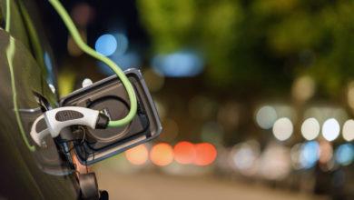 רכב חשמלי מחובר לעמדת טעינה בבריטניה